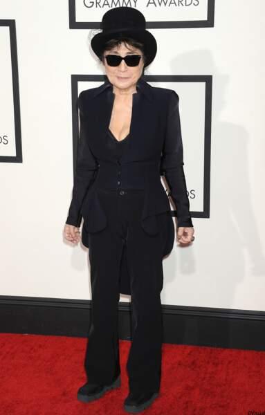 Yoko Ono en smocking également.