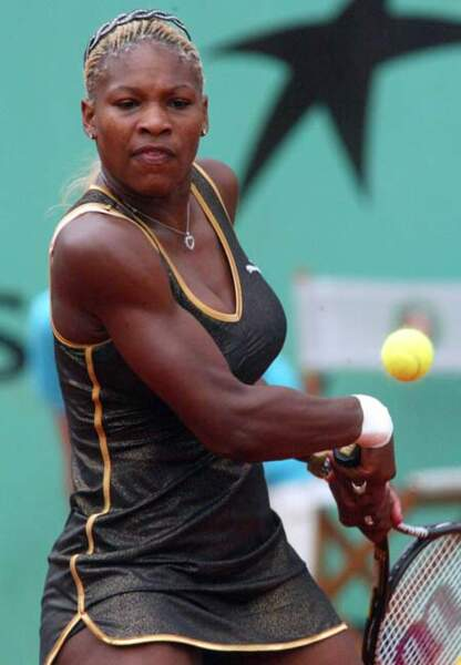 Serena Williams (2002) en robe kaki aux reflets lamés et serre-tête girly