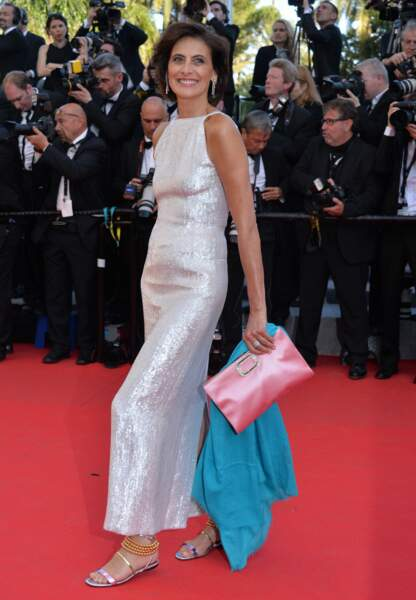 Inès de la Fressange dans une longue robe brodée de sequins blancs Chanel
