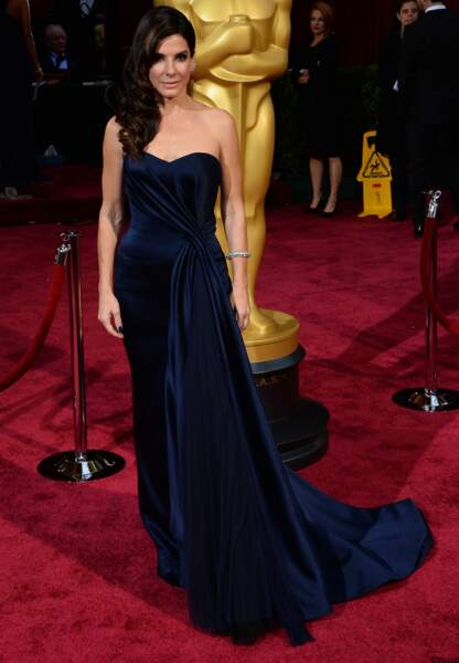 Encore du bleu avec Sandra Bullock en Alexander McQueen