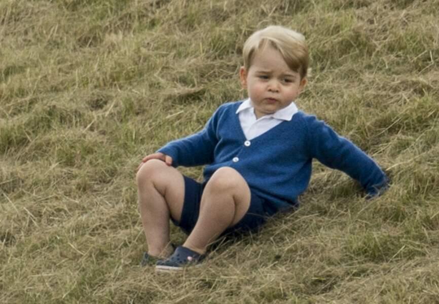 Culottes courtes, polo et cardigan, Baby George a le sang très bleu, jusque dans ses Crocs