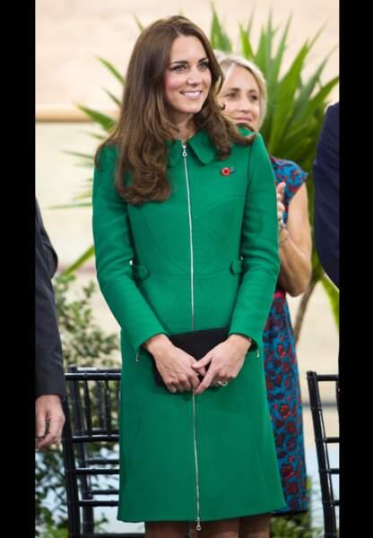 Kate radieuse dans son manteau vert Erdem très couture
