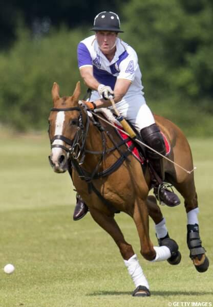 Le prince William lance son cheval dans la partie