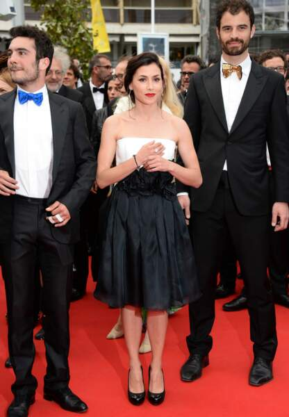 Olivia Ruiz minimaliste en robe bustier courte blanche et noire