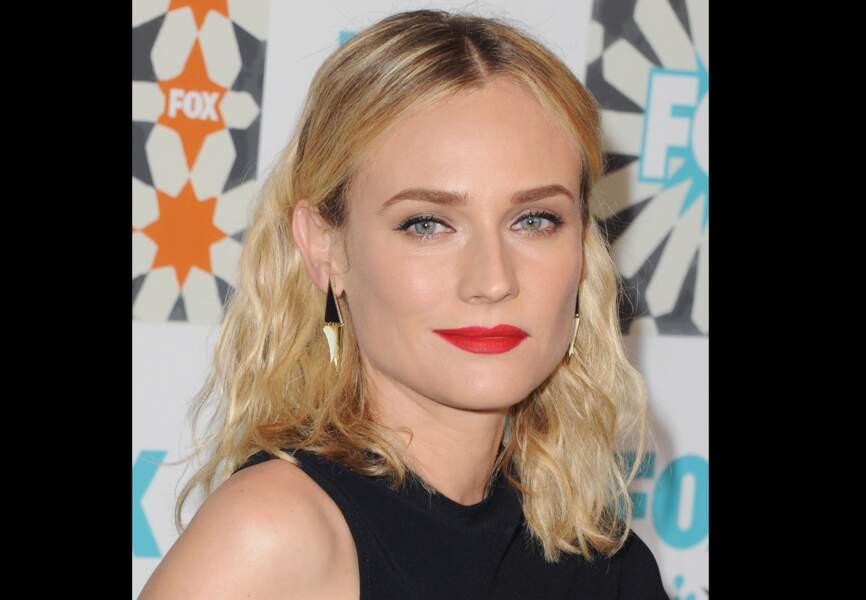 Regard de biche et bouche rouge incendiaire, mise en beauté fatale pour Diane Kruger