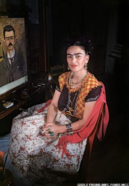 Elle couvre son corps de bijoux imposants, en jouant l'extrême féminité