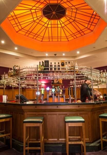 L'Octagon bar ouvrant sur Temple bar. Le must ? Y boire le vin de Bon Château La Coste