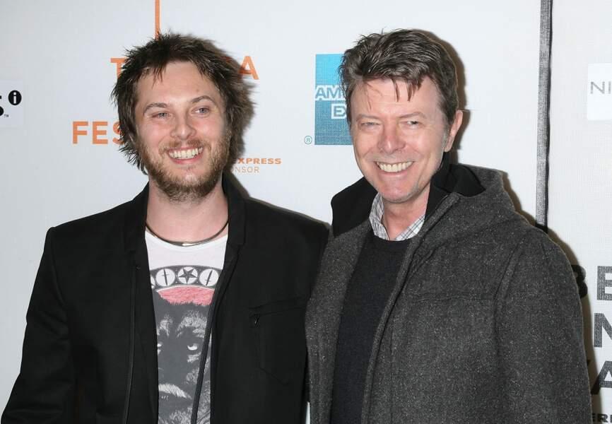Zowie Bowie, né le 31 mai 1971, avec son père David Bowie. Zowie s'appelle désormais Duncan Jones