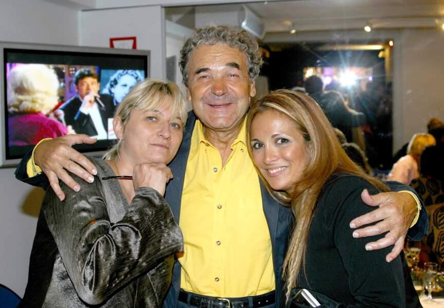 Bien entouré. L'artiste prend Christine Bravo et Hélène Ségara dans ses bras (2003)
