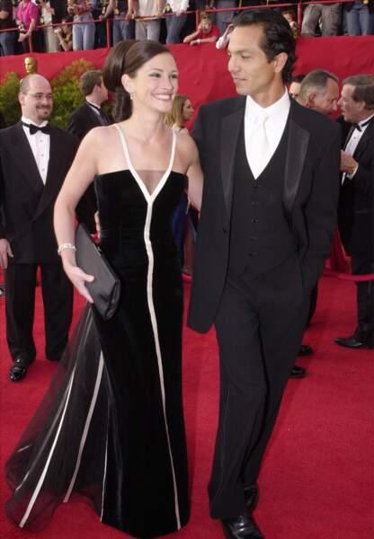 Julia Roberts au bras de son petit ami de l'époque Benjamin Bratt. Elle est en Valentino pour les Oscars de 2001