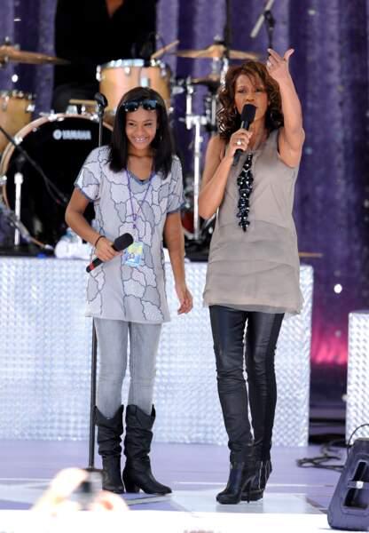 En 2009, l'adolescente chante sur scène avec sa mère
