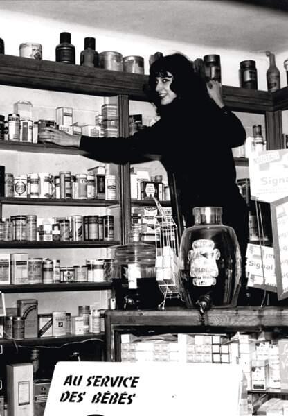 Bernadette Lafont dans la pharmacie de son père