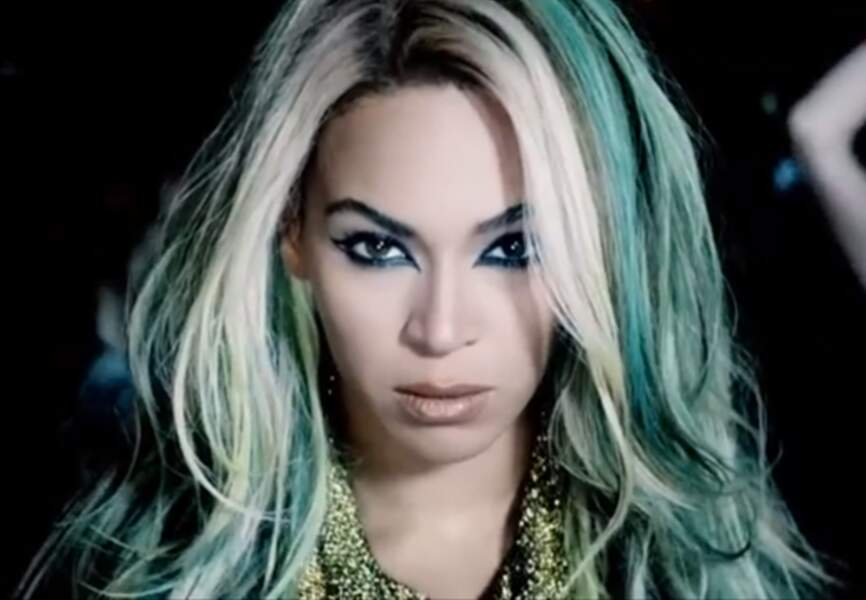 Regard félin souligné de liner noir, mèches bleues dans les cheveux pour Superpower