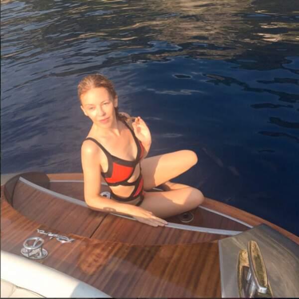 Kylie Minogue aurait-elle été croquée par une grosse bête ? Il manque du tissu...