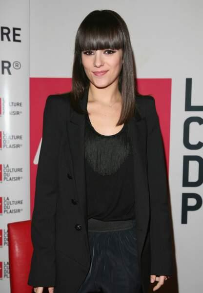 En 2010, avec ses cheveux longs et sa frange sévère, la jolie Alizée a des airs de Cléopâtre