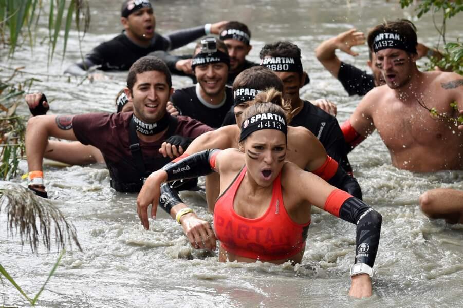 Dans l'eau, elle défie ses concurrents masculins