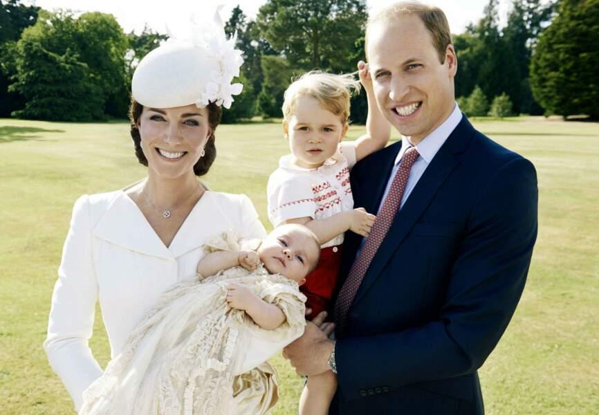 Baby George est maintenant grand frère. Ici avec Charlotte et leurs parents.
