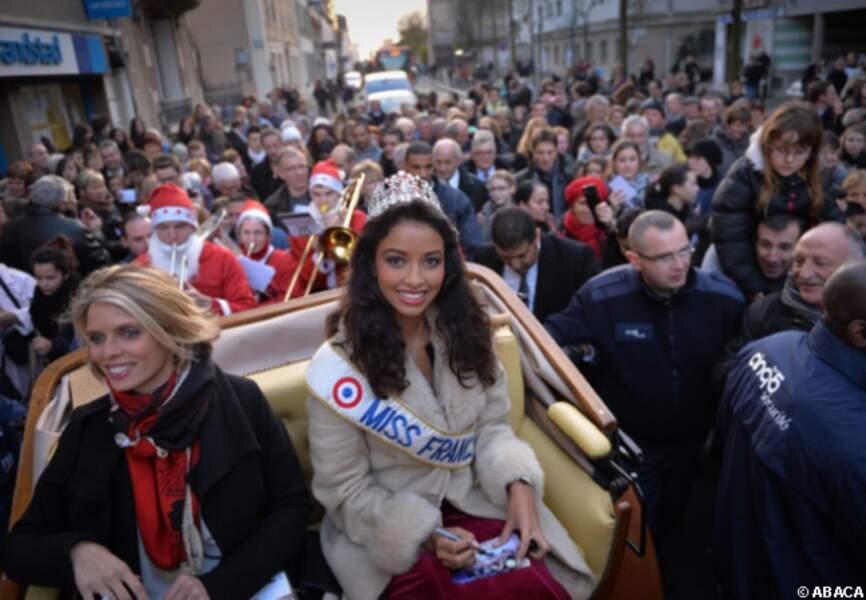 La calèche de Miss France s'est frayé un chemin à travers la foule