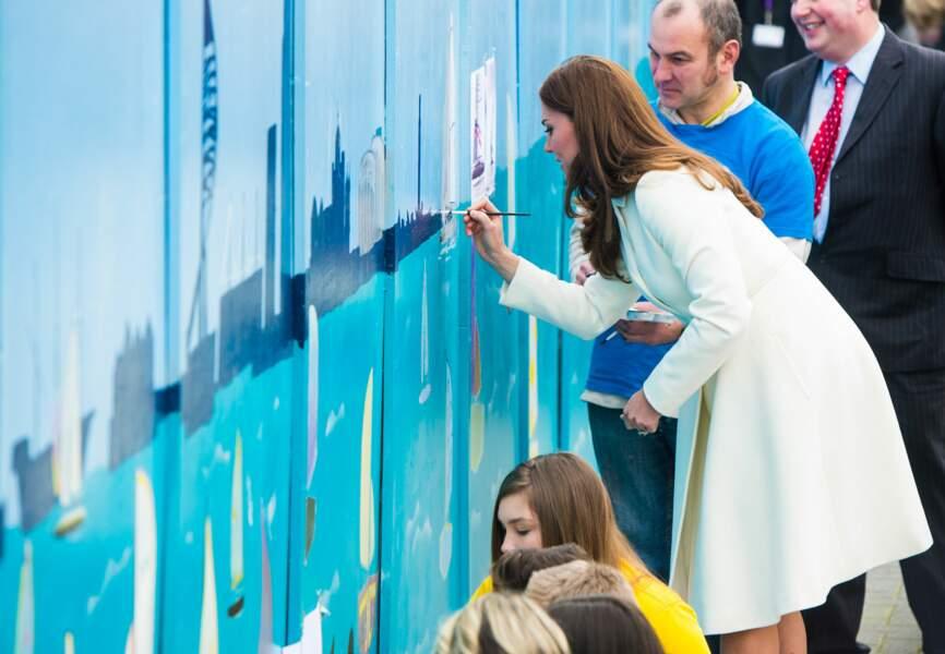 La duchesse participe à la fresque peinte par les enfants de l'association