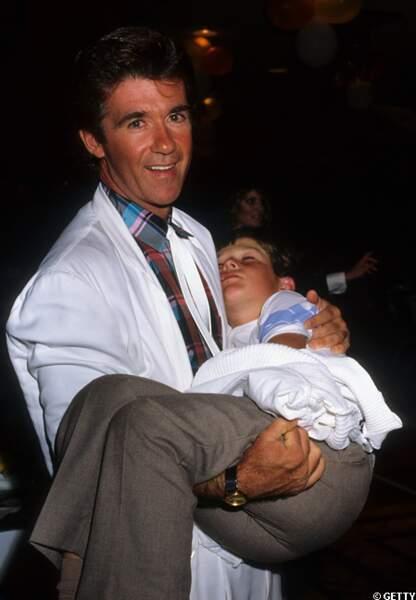 Le petit Robin dans les bras de son papa en 1987