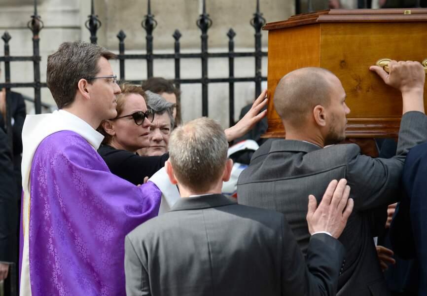 Cendrine Dominguez effleure avec émotion le cercueil de son défunt époux