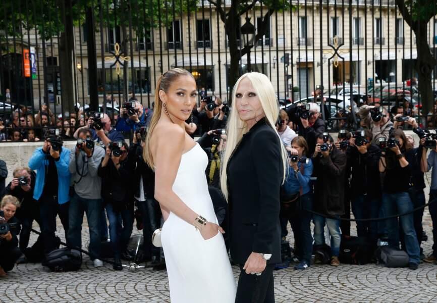 J-Lo pose aux côtés de la créatrice Donatella Versace