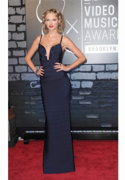 Taylor Swift moulée dans une robe au décolleté très plongeant lors des MTV VMA en 2013