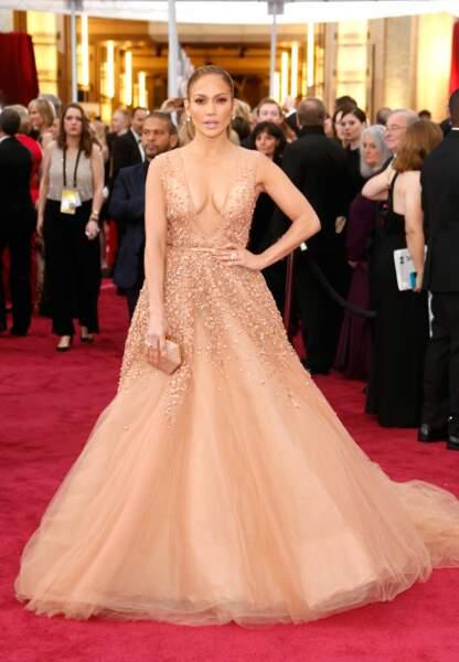 Jennifer Lopez en Elie Saab Couture, clutch Salvatore Ferragamo