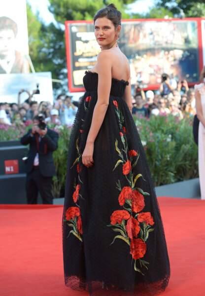 Bianca Balti adorable madone en Dolce & Gabbana