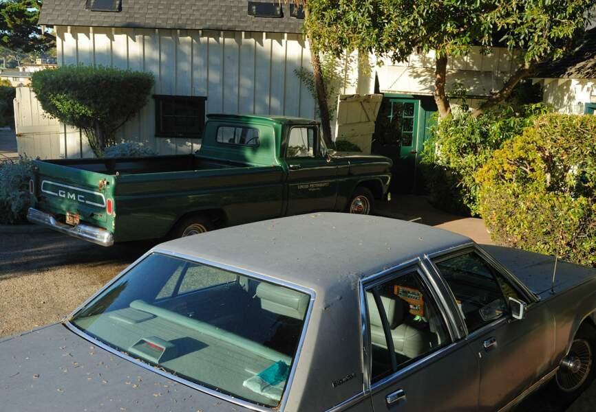 Garée dans la cour, la Dodge verte de Sur la route de Madison et la mythique voiture grise de l'inspecteur Harry