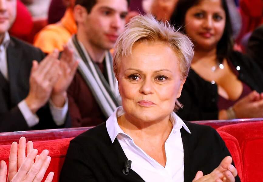 Longtemps Muriel Robin a laissé penser qu'elle était hétérosexuelle, jusqu'à son PACS en 2009