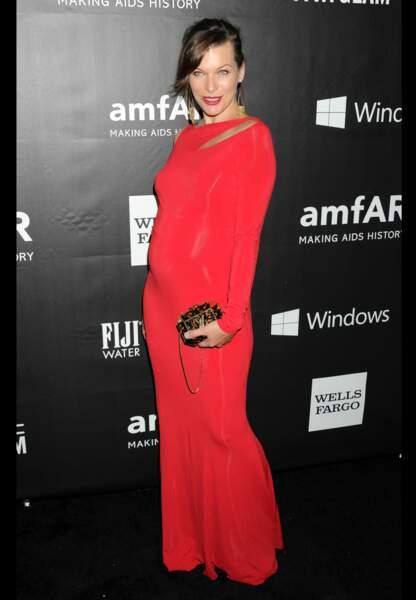 Milla Jovovich tout sourire dans sa robe moulante qui révèle ses rondeurs de femme enceinte