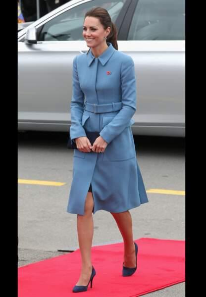 Son manteau bleu Alexander McQueen