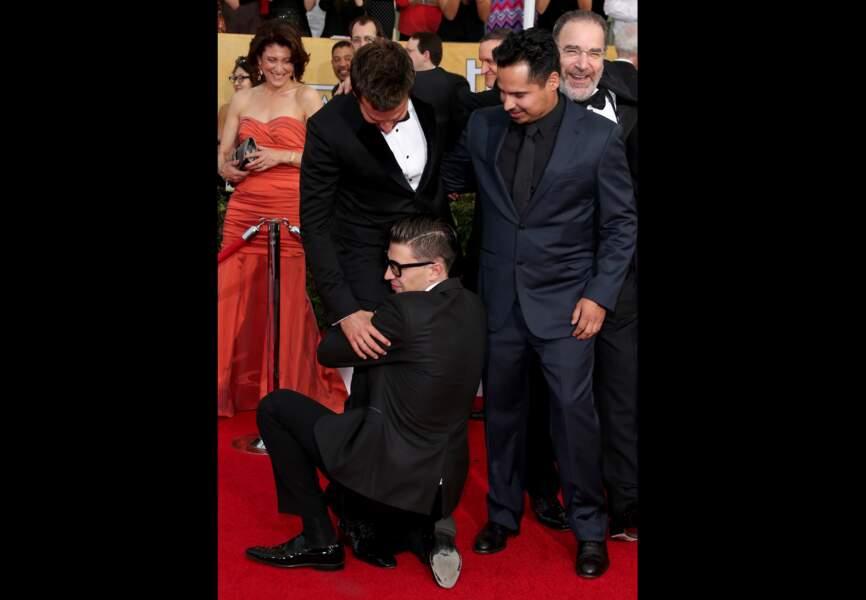 Lors des SAG Awards 2013 il se jette sur Bradley Cooper