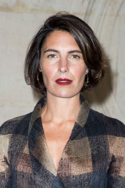 Carré lisse ultra élégant et bouche rouge, le look chic d'Alessandra Sublet au défilé Dior à Paris, en janvier 2018