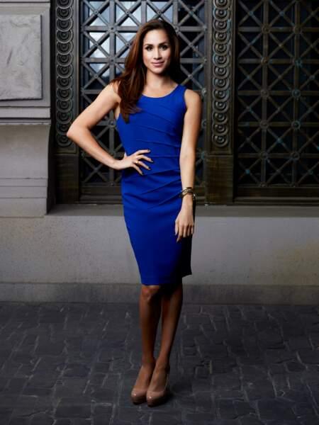 """Resplendissante en robe fourreau bleu roi, Rachel Zane s'impose comme l'atout charme de la série """"Suits"""""""