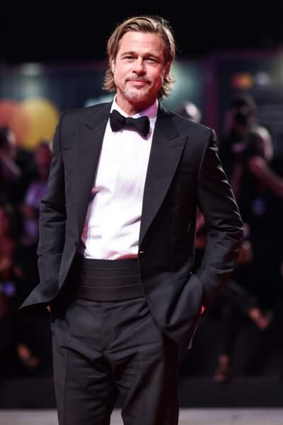 Fidèle à la marque italienne Brioni, Brad Pitt porte un costume classique et un nœud papillon emblématique