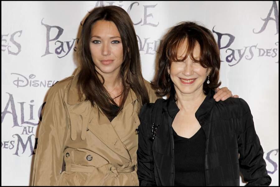 """Laura Smet et Nathalie Baye à la première du spectacle """"Alice au pays des merveilles"""" en 2010 à Paris"""