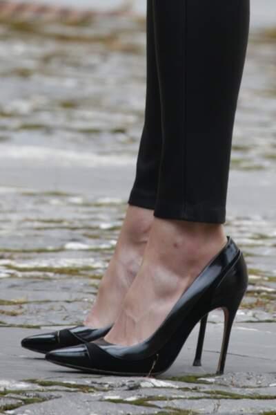 La reine Letizia d'Espagne porte son slim en cuir avec des escarpins hauts très chic
