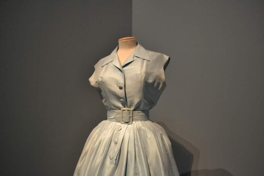 Une robe ceinturée pour le Musicorama à l'Olympia