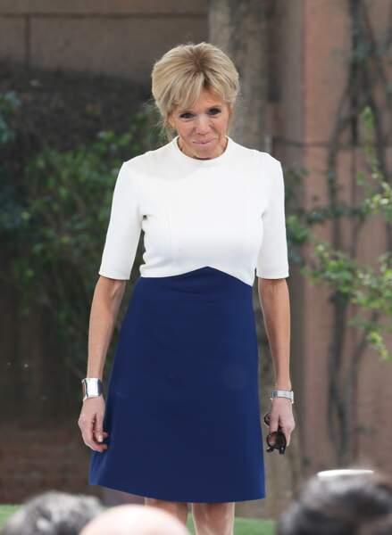 Brigitte Macron, ultra chic en robe bleue et blanche Louis Vuitton à la Résidence de France à New Delhi