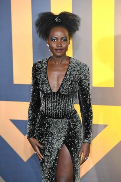 Lupita Nyong'O porte une queue haute version afro.