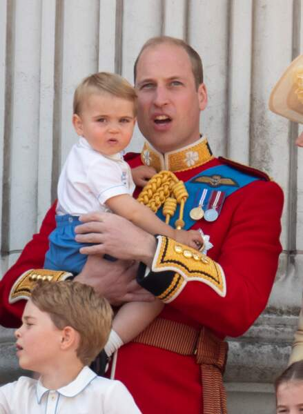 Le Prince William portant son fils le Prince Louislors de la parade Trooping the colour en 2019