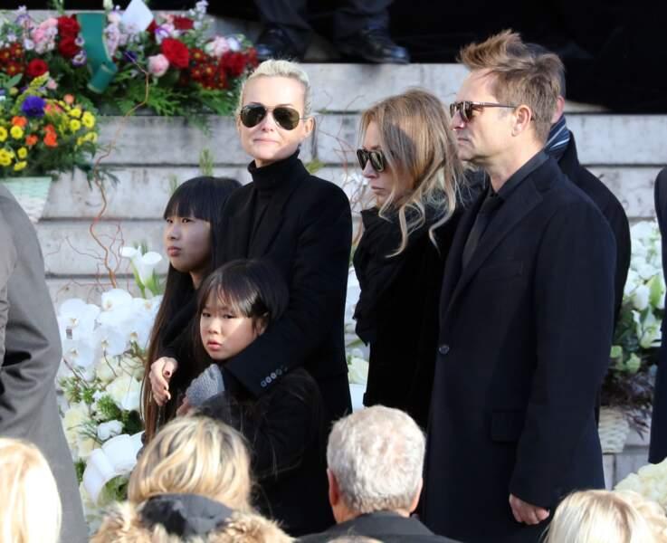 Laeticia, Jade, Joy épaulées par David et Laura Smet - Convoi funéraire de Johnny Hallyday à l'église de Madeleine