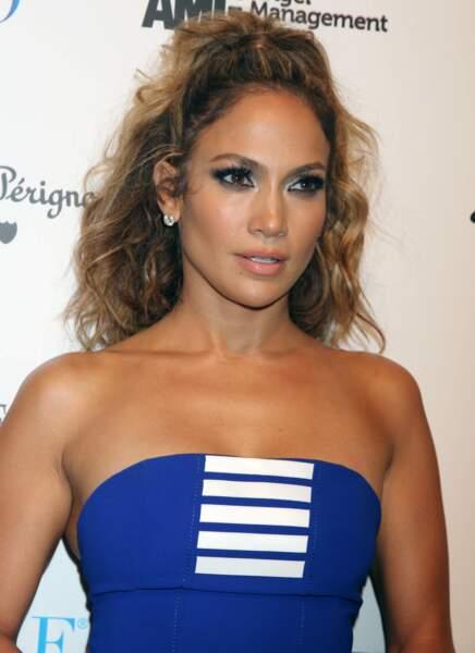 Jennifer Lopez  en 2012 : cheevux bouclés, demi-queue et silhouette athlétique