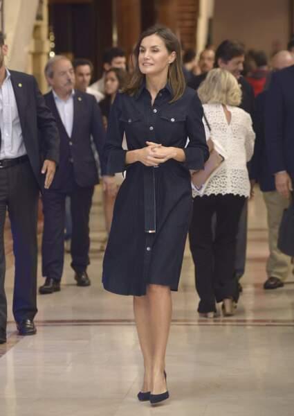Letizia d'Espagne, en robe en denim Hugo Boss, à Oviedo en Espagne, le 26 juillet 2018