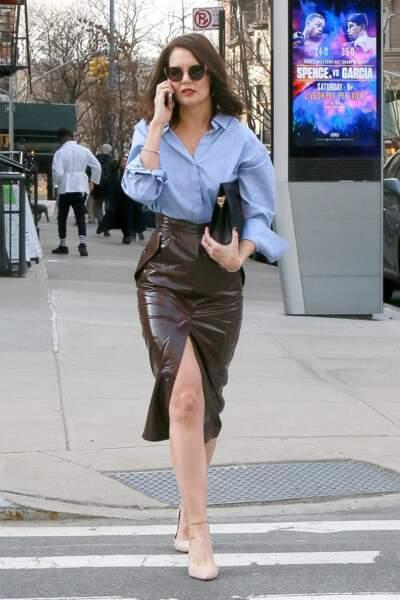 Katie Holmes dans les rues de New-York avec beaucoup de style et une paire d'escarpins chic