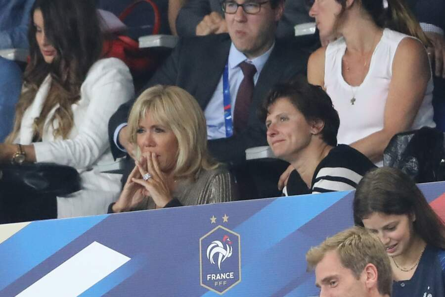 Brigitte Macron laisse apparaitre sa bague Archi Dior. Chiquissime !