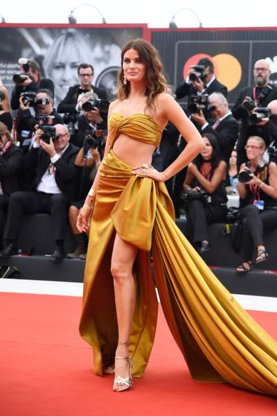 La top Isabeli Fontana sirène moderne en Alberta Ferretti