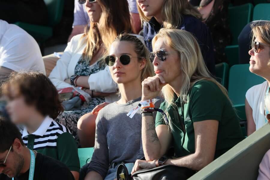 Estelle Lefébure et sa fille aînée semblent concentrées sur le match